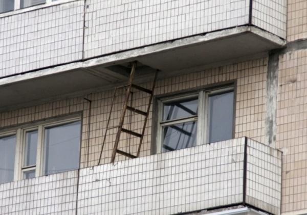 Декорирование пожарной лестницы на балконе своими руками
