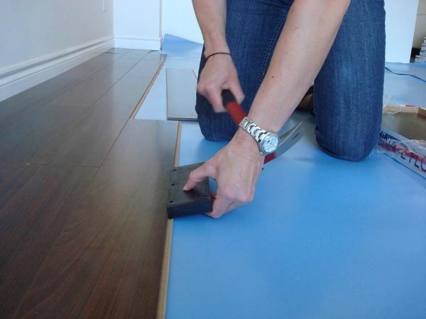 Как класть ламинат на стяжку своими руками + фото и видео