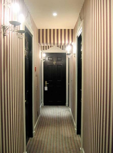 Обои в полоску в коридоре + фото