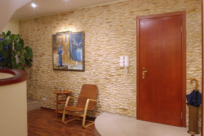 Отделка коридора искусственным камнем и обоями + фото