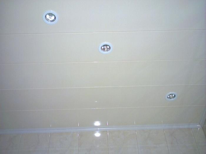 Потолок в ванной из панелей ПВХ