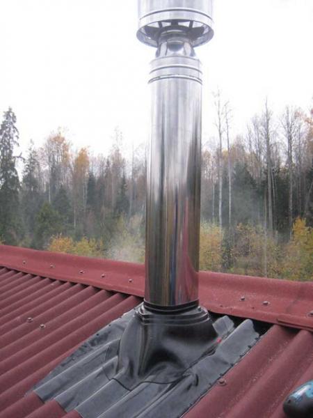 Труба на крыше из ондулина